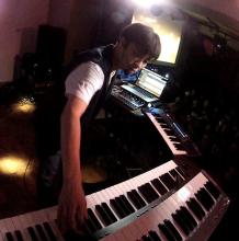 作曲家・岩崎琢(「ヨルムンガンド」音楽担当)、ソロライブ第2弾の開催が決定! 今回は「ジョジョ」を中心に披露