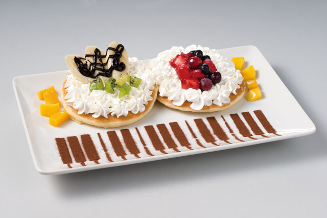 カラオケ「JOYSOUND」、直営ネルフ支部で「ヱヴァQ」コラボメニューを提供! 連弾パンケーキ、シンジ弁当、ヴィレバーガーなど