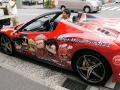 「進撃の巨人」、宣伝隊長・巨人くんが痛車(フェラーリ 458スパイダー)で秋葉原に登場! 「壁の向こうからやってきました!!」