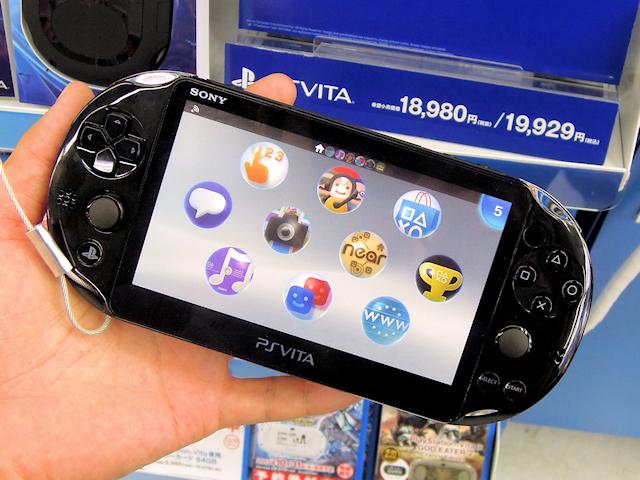 薄型/軽量化が施され、ディスプレイが有機ELから液晶に変更された新型PS Vita「PCH-2000」シリーズ