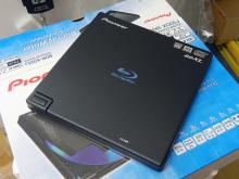 世界最軽量をうたうBDXL対応ポータブルブルーレイドライブ! パイオニア「BDR-XD05J」発売