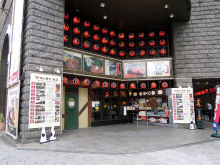 肉ビル「肉の万世 本店」、1Fを今秋リニューアル! 喫茶「トリム」跡地にコンビニ「スリーエフ」がオープン