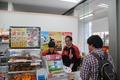 コンビニバイト経験者ゆえの熟練の仕事ぶり! 声優・儀武ゆう子、「たまゆら」コラボのポプラ東大久保店で1日アルバイトを実施