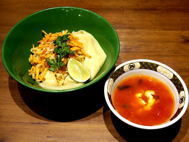 メキシカーノ カラムーチョ トマト味 すごい煮干ラーメン凪 西新宿7丁目店 使用スナック:スティックカラムーチョ ホットチリ味 限定数量:20食 / 価格:900円  カラムーチョの原点ともいえるメキシコがテーマです。そのまま食べても良し!つけめんにしても良し!ワイルドにつけ汁をぶっかけて食べるのも良し!好みに応じて楽しめる一杯は、 トマトの酸味に『スティックカラムーチョ ホットチリ味』の辛旨さが絶妙な組み合わせのメキシカンな味わいです。