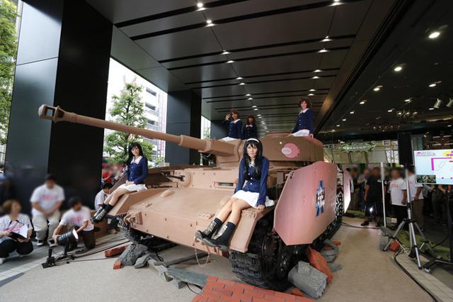主人公・西住みほが所属する「あんこうチーム」が劇中で搭乗している実物大の「Ⅳ号戦車D型(H型)仕様」プロップが、スタジアム の外周広場に展示される事が決定しました!