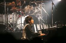 ハイクオリティな演奏と気さくな人柄がオーディエンスを魅了。豪華ゲストボーカルも勢ぞろいした、迫力の澤野弘之ライブ!
