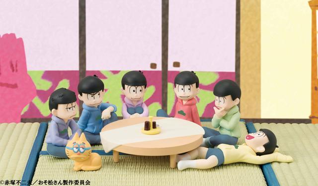 おそ松さん、居間シーンを再現できるミニフィギュア6体セットがメガハウスから! ちゃぶ台と背景台紙が付属