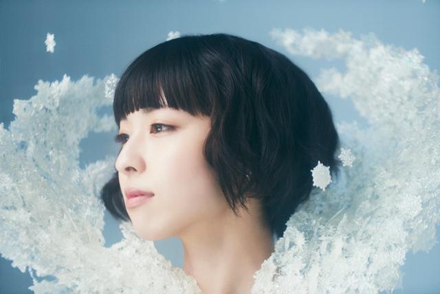 """綾野ましろ、2年の集大成。1stアルバム「WHITE PLACE」は、""""未知との遭遇""""がテーマ"""
