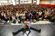 羽多野渉、フリーライブ開催! 大勢のファンの前で、アニメ「YURI!!! on ICE」EDテーマを熱唱する