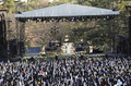 水樹奈々、出雲大社にて野外ライブ「御奉納公演~月花之宴~」を開催! 神前で4000人のファンとともに盛り上がる