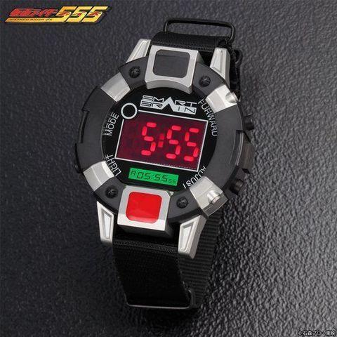 「仮面ライダー555」より、ファイズアクセルをイメージしたデジタル腕時計が登場!!