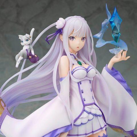 「リゼロ」から、紫紺の瞳や透き通るような肌も緻密に表現されたエミリアが、契約精霊のパックとともにフィギュアになって登場!!
