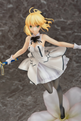 「FGO」より、選定の剣を手に、白いドレスの裾を軽やかに翻す「セイバー/アルトリア・ペンドラゴン〔リリィ〕」が登場!
