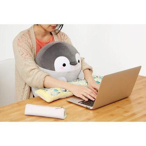 Twitter生まれの赤ちゃんコウテイペンギン「コウペンちゃん」が疲れたあなたを癒すため、PCクッションになってやってきた!