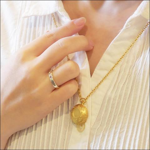 「約束のネバーランド」の本格シルバーアクセサリーが登場! エマたちの認識番号が刻印されたリング&ママの懐中時計型ペンダント!