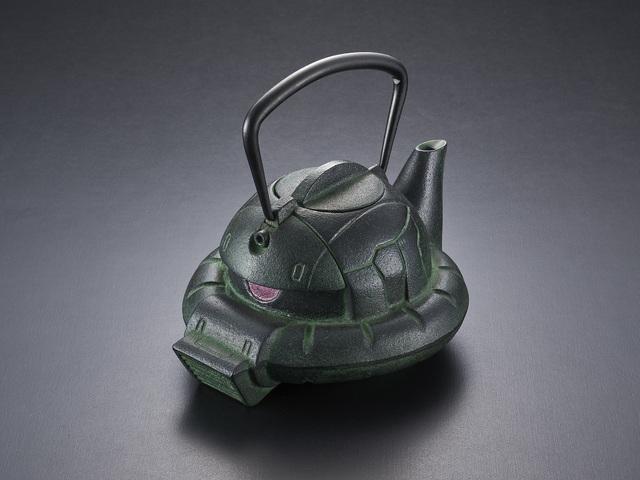 「機動戦士ガンダム」に登場するザクの頭部をモチーフにした南部鉄瓶が、GREENカラーにバージョンアップして再登場!