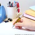 「ひぐらしのなく頃に 卒」より、入江機関のアタッシュケースと注射器型ボールペンのセット商品が登場!