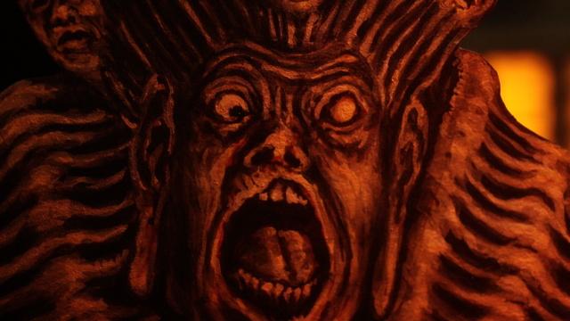 燃える仏像人間